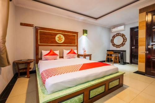 A bed or beds in a room at Capital O 2622 Hotel Karasak Santun