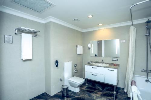 Um banheiro em Suite Apartments