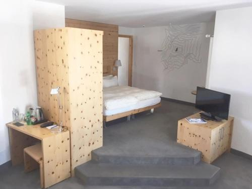A bed or beds in a room at 3100 Kulmhotel Gornergrat