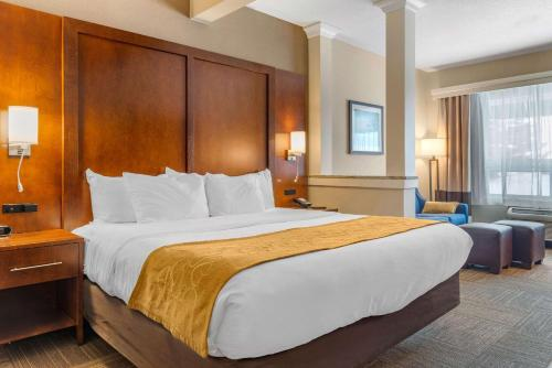 A bed or beds in a room at Comfort Suites Canal Park