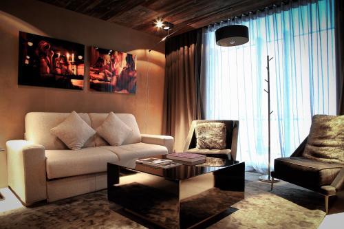Ein Sitzbereich in der Unterkunft Hotel Zhero – Ischgl/Kappl