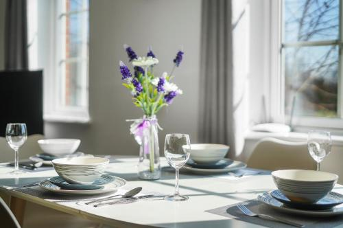 A restaurant or other place to eat at Modern Luxury 2 Bed Apartment 6 Guests En-Suite Netflix Wi-Fi