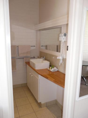 A bathroom at Lake Bolac Motel