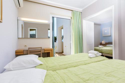 Een bed of bedden in een kamer bij Sovereign Beach Hotel