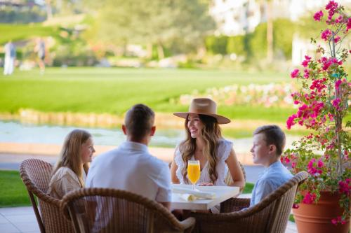 A family staying at Arizona Grand Resort