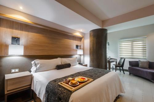 A bed or beds in a room at Hotel Real Maestranza