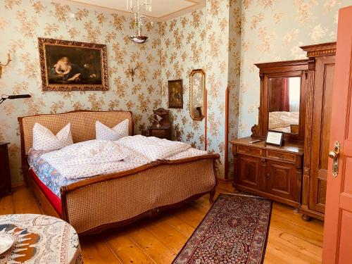 A bed or beds in a room at Altes Handelshaus Plauen
