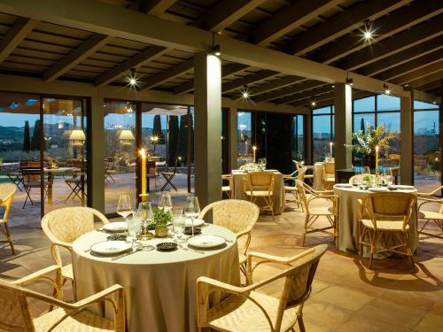 Un restaurante o sitio para comer en Mas de Torrent Hotel & Spa, Relais & Châteaux