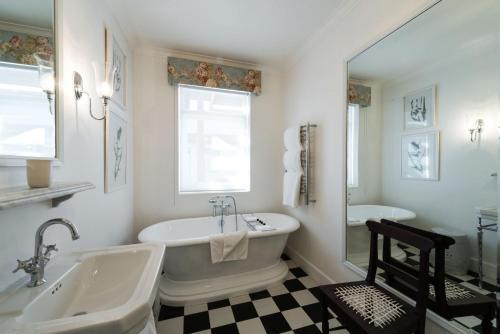 A bathroom at Drostdy Hotel