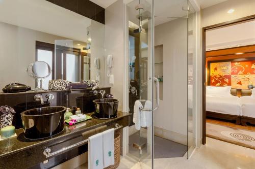 Кухня или мини-кухня в Banyan Tree Phuket - SHA Plus