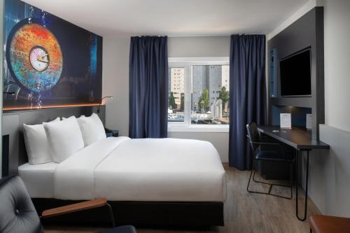 A bed or beds in a room at Inntel Hotels Rotterdam Centre