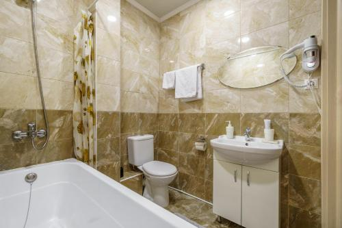 Un baño de Aleksandr Hotel