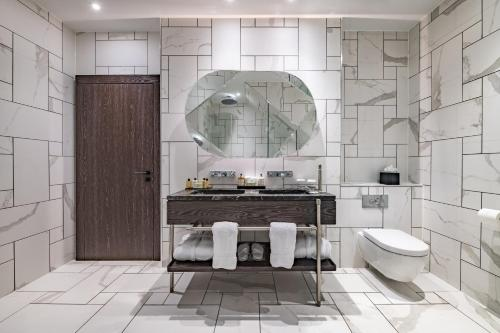 A bathroom at Stock Exchange Hotel