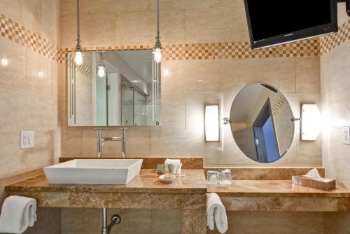 A bathroom at Curio Collection by Hilton The Cincinnatian Hotel