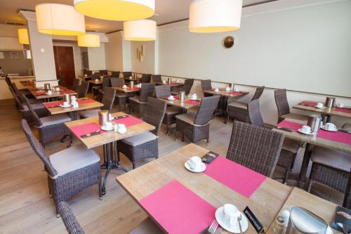 A restaurant or other place to eat at Hotel Paradisio by WP Hotels