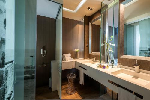 A bathroom at Hotel MiM Sitges