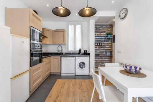 A kitchen or kitchenette at CHARMING BRIGHT AND EQUIPPED APARTMENT