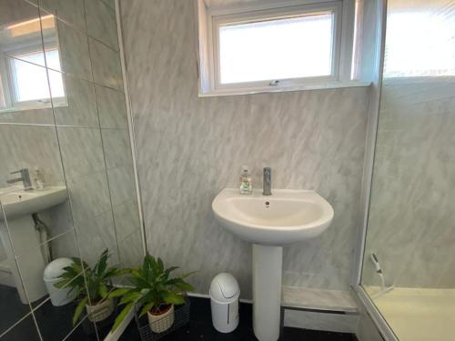 A bathroom at Spacious double room close to train station