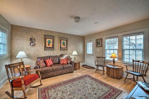 Area soggiorno di Well-equipped Cody Cottage 2 Miles to Cody Rodeo!
