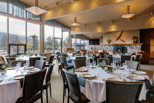 A restaurant or other place to eat at Lobstick Lodge