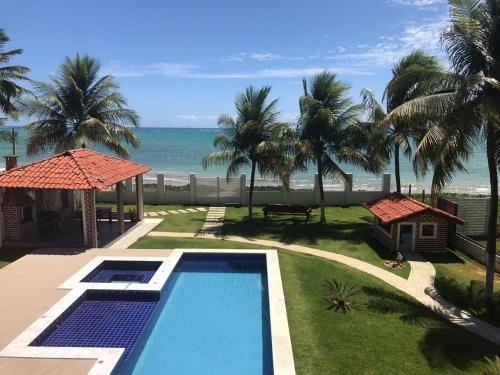 A view of the pool at Ampla Casa na beira mar de Maragogi or nearby