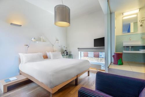 Cama o camas de una habitación en Kruisherenhotel Maastricht
