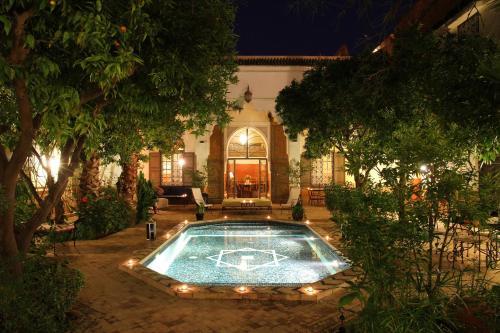 Der Swimmingpool an oder in der Nähe von Riad Laila