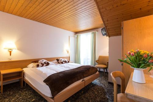 A bed or beds in a room at Hotel Oberland