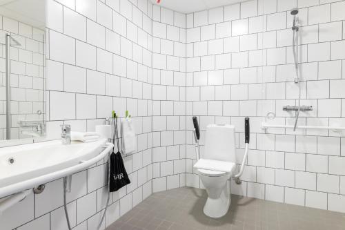 A bathroom at GreenStar Hotel Jyväskylä