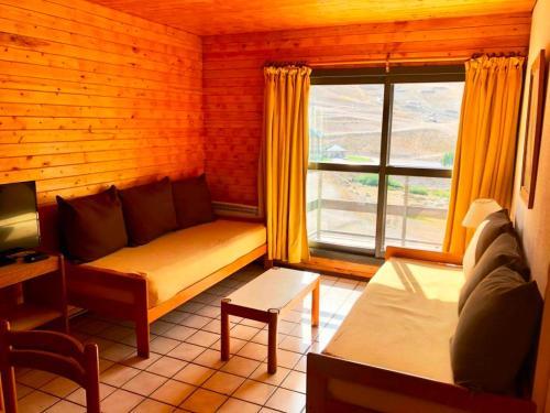 A seating area at Apartur Las Leñas