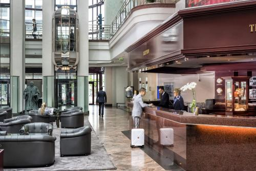 The lobby or reception area at Maritim Hotel Magdeburg