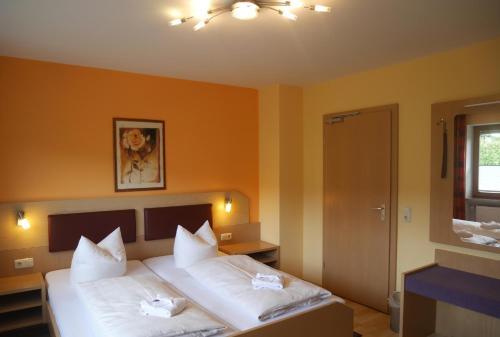 Ein Bett oder Betten in einem Zimmer der Unterkunft Landhotel Buchbergerhof