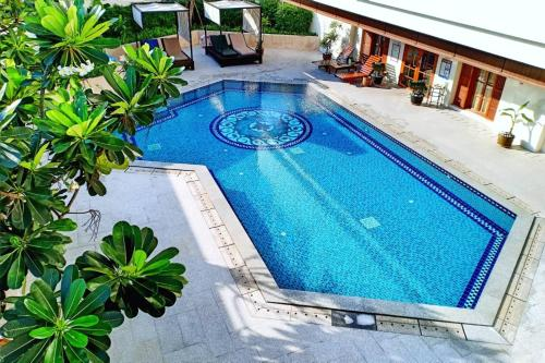 A view of the pool at Evergreen Laurel Hotel Bangkok or nearby