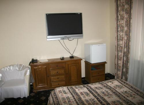 Телевизор и/или развлекательный центр в Престиж Отель