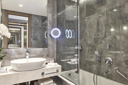 A bathroom at Electra Metropolis