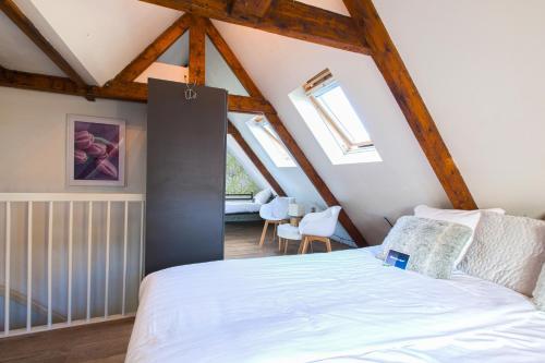 A bed or beds in a room at Kings Inn City Hotel Alkmaar