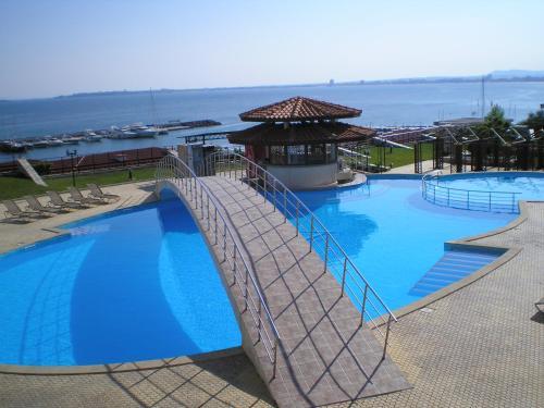 Het zwembad bij of vlak bij DIAMOND Apart Complex