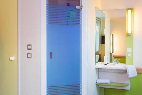 A bathroom at ibis budget Marseille Aeroport Provence