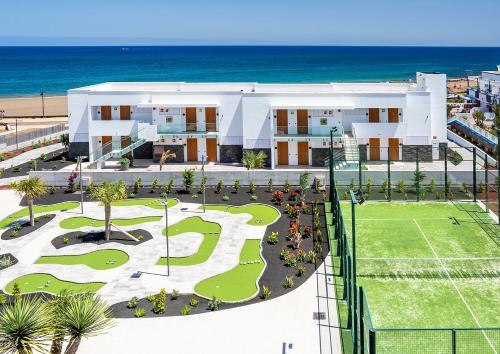 Vue sur la piscine de l'établissement Hotel Lava Beach ou sur une piscine à proximité