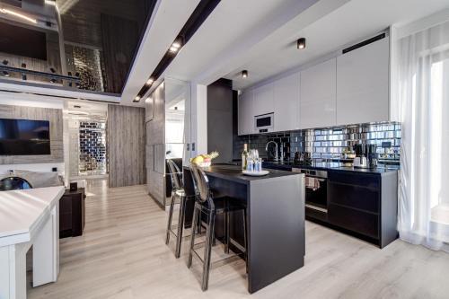 A kitchen or kitchenette at Apartamenty Rondo