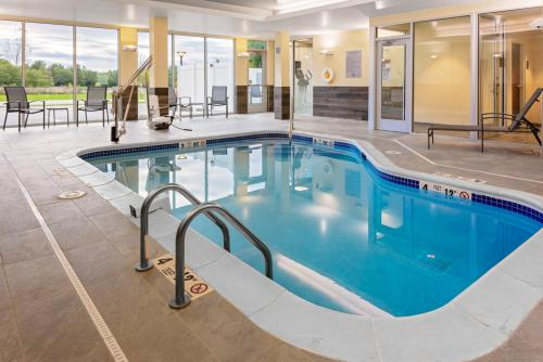The swimming pool at or close to Fairfield Inn & Suites by Marriott Queensbury Glens Falls/Lake George