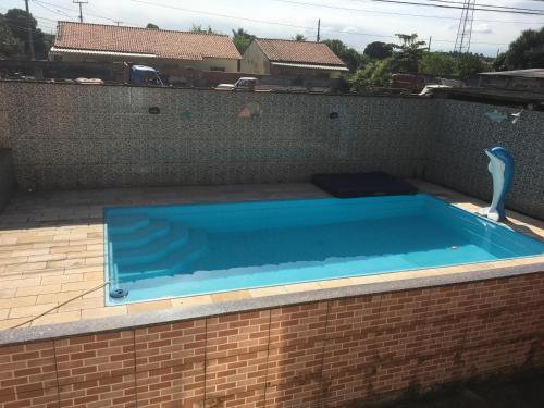 The swimming pool at or close to Casa c/ piscina em Praia de Mauá
