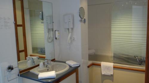 A bathroom at Grand Hôtel De Calvi