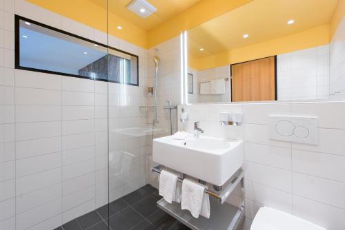 A bathroom at Hotel Garni Chesa Mulin