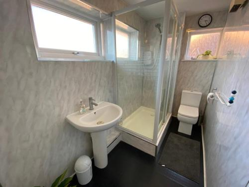 A bathroom at Deluxe double room close to train station