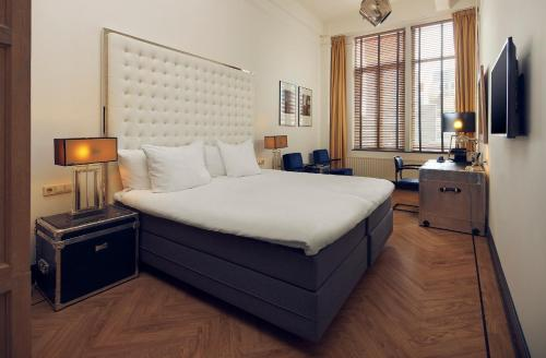 A bed or beds in a room at Hotel New York