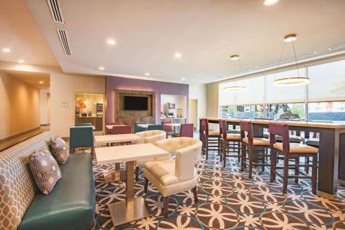 The lounge or bar area at La Quinta by Wyndham York