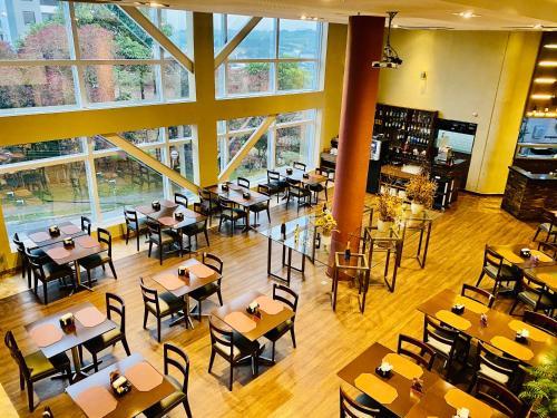 A restaurant or other place to eat at Lummina Barueri Alphaville