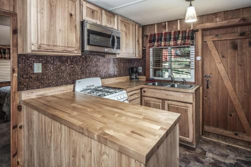 A kitchen or kitchenette at Canyon Cabins