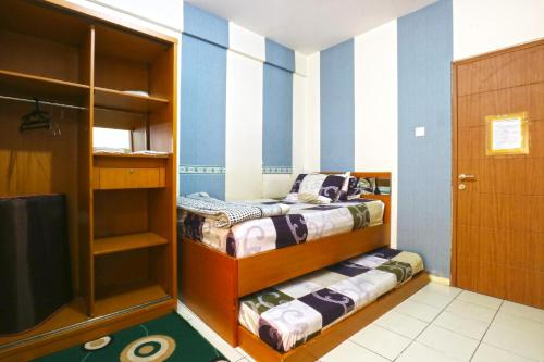 A bed or beds in a room at Dewi Depok Apartment Margonda Residence 2